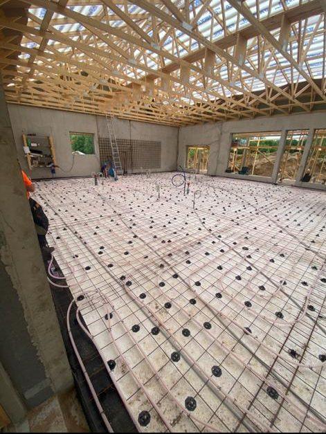 Kuvassa lattialämmityksen asennustyömaa